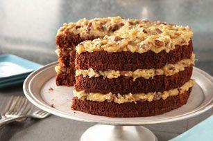 Gardez-vous de la place pour goûter à notre gâteau choco-allemand classique BAKER'S étagé et nappé d'un glaçage exquis fait de pacanes hachées et de flocons de noix de coco.