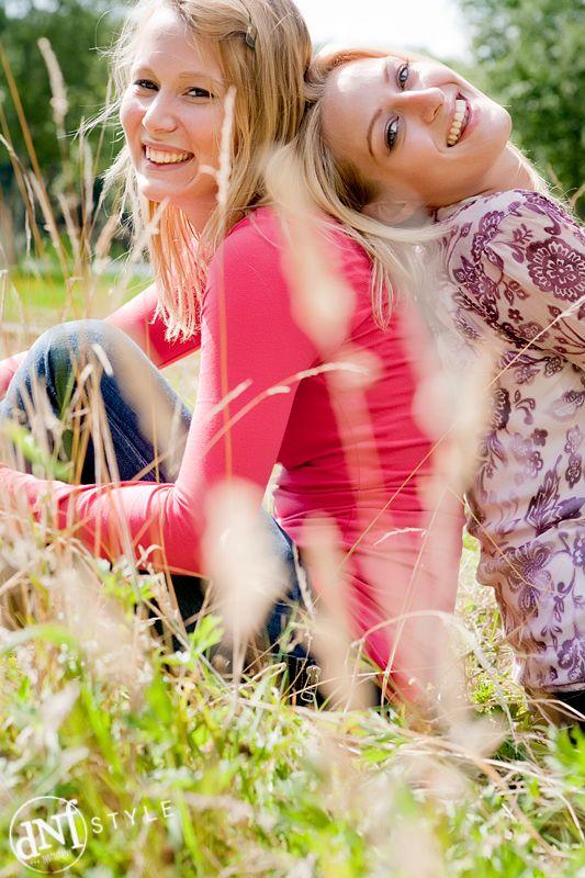 Zusjes in het gras. www.dnf-style.com #dnf-style.com  #Fotoshoot / #Limburg / #Fotograaf / #Geleen