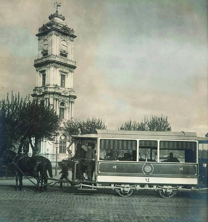 eski İstanbul: y. 1895 Dolmabahçe saat kulesi önünde atlı tramvayi