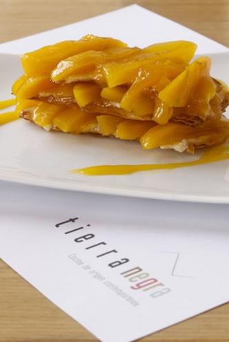 Milhoja de mango de azúcar. En almíbar de miel de la sierra y crema pastelera con toques de ron. En el restaurante Tierra Negra.