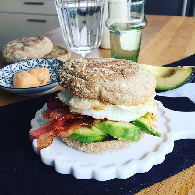 SonntagsSptstck Breakfast Sandwich mit Speck Avocado Ei und ChipotleMajo Werhellip