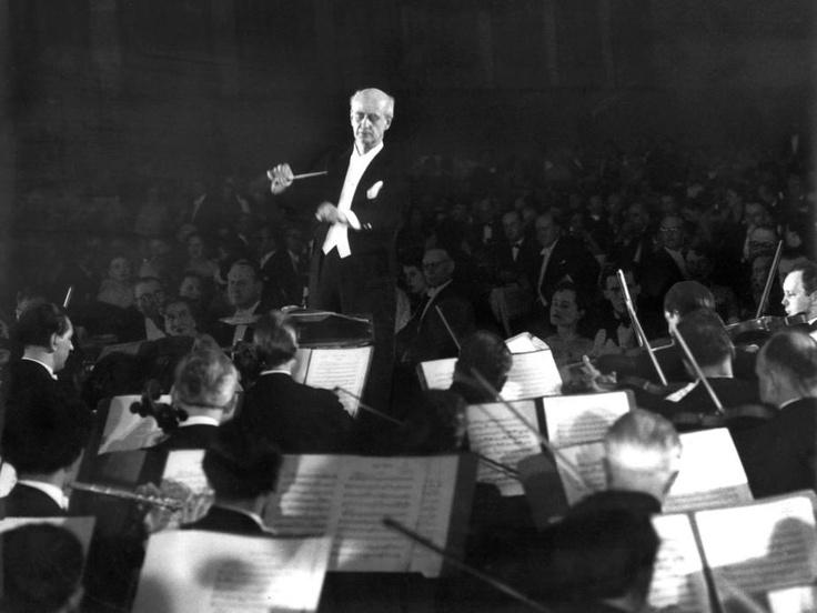 Der Dirigent und Komponist Wilhelm Furtwängler mit den Berliner Philharmonikern