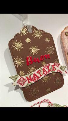 Vi mostro una serie di TAG di Natale, ossia dei piccoli biglietti (misurano circa 10 x 7 cm), da applicare come chiudipacco. Tutte le tag ch...