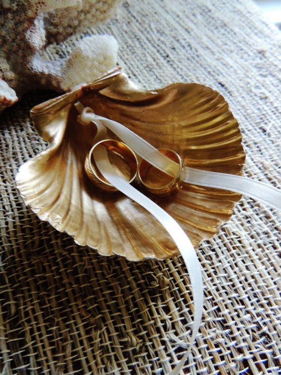 Alternative zum Ringkissen, goldene Muschel mit Schleifenband, Hochzeit am Stran…