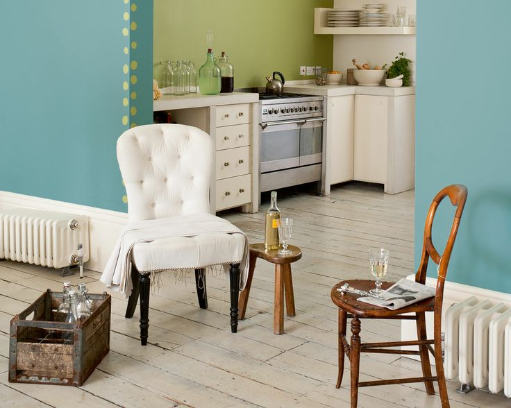 Osez le color bloc avec les verts inspirés de la nature. Le motif contrasté donne sa cohérence à ce salon ouvert à l'ambiance calme, en mêlant le vert frais et une nuance plus chaude de bleu.