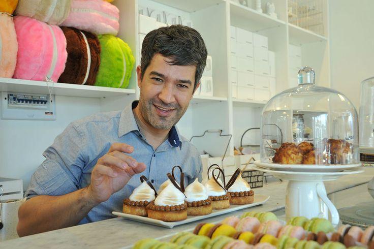 En su pastelería de Martínez, el barrio donde se crió, Mauricio Asta mantiene su carisma y su fama, aún sin estar por ahora...
