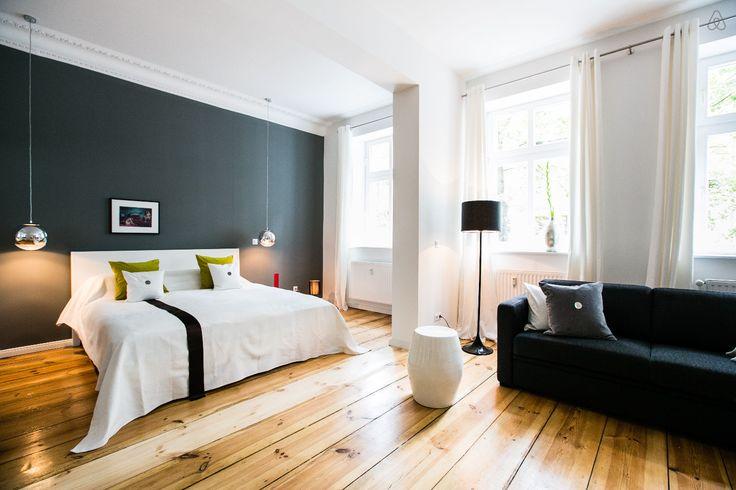 Décoration de luxe Studio de luxe joliment décoré et meublé avec des classiques design http://www.leblogdeco.fr/studio-de-luxe-joliment-decore-et-meuble-avec-des-classiques-design/ Airbnb, Berlin, Charles Eames, studio