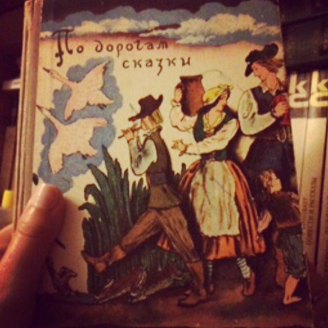 #книгадня в #100книгсосмыслом из моего советского пионерского детства. Люблю бумажные книги. Люблю старые бумажные книги с историей. Люблю старые бумажные книги из родительской библиотеки.   #ниднябезкниги  #книголюб #книгимоегодетства