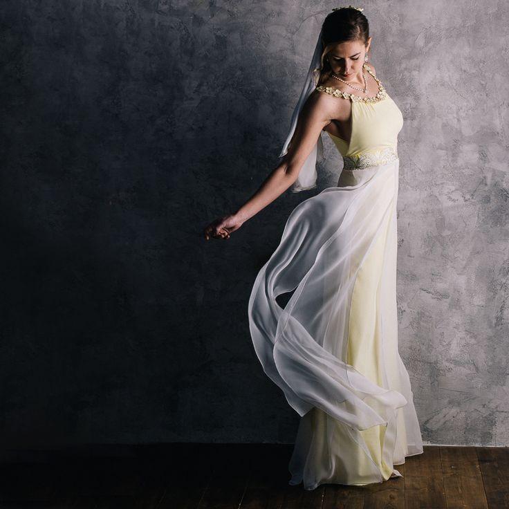 Romantické svatební šaty Něha a romantika se u těchto šatů snoubí s elegancí a originalitou... Vyjímečné svatební šaty, díky které Vás promění ve vílu. Živůtek je ušit ze dvou vrstev příjemné velmi kvalitní italské lycry. Dekolt zdobí ručně malované kytičky s perličkovými středy pečlivě našité na silikonovém pásku. Výhoda silikonového proužku tkví v ...