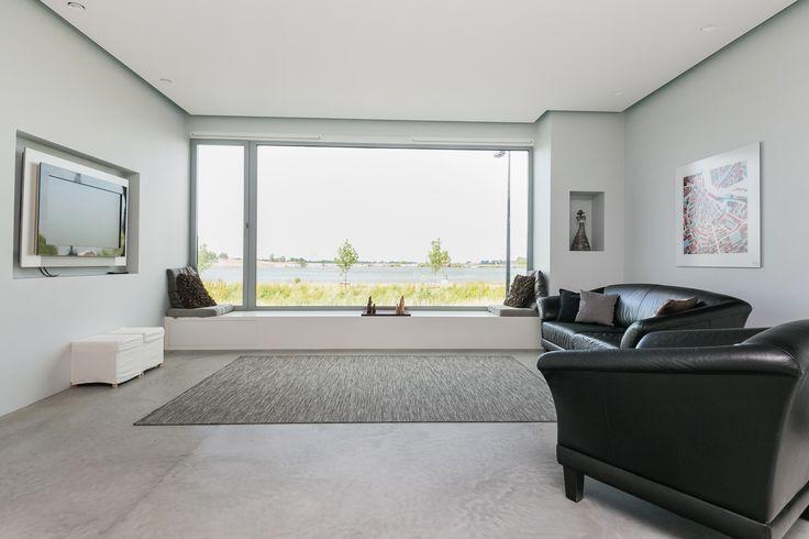 Kea Boumanstraat 140, Amsterdam. tijlvol, prachtig vormgegeven herenhuis van maar liefst 252m² (inclusief inpandige berging van 15m²) op een brede kavel met een grootte van 171m² en een zonnig dakterras van 14m² op het zuiden. Door de grote raampartijen wordt de unieke ligging aan het Buiten-IJ optimaal benut. Het huis is met zorg ontworpen door architect Hans Oudendorp. Het lichtplan is opgesteld door Modular.