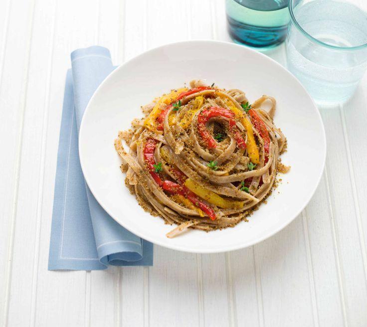Linguine di farro con peperoni e pane croccante alle erbe