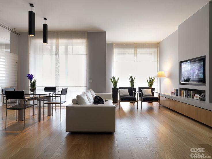 Nell'appartamento la ristrutturazione ha puntato a razionalizzare la distribuzione dei locali e a rendere più fruibili spazi inutilizzati, come i disimpegni. Ne è risultato un insieme molto luminoso, caratterizzato da ambienti aperti che si susseguono con divisioni fittizie. La scelta dei colori e delle finiture armonizza l'insieme.