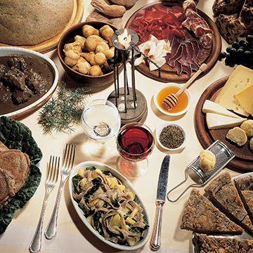 La #Valtellina, terra ricca di sapori e di eccellenze enogastronomiche. Cultura e tradizione si scoprono e gustano anche a tavola grazie ad una ricchissima varietà di prodotti. Numerosi quelli che si fregiano dei marchi europei di qualità e di origine: la Bresaola della Valtellina IGP, il Bitto DOP, il Valtellina Casera DOP, le Mele di Valtellina IGP, i preziosi Vini DOC e DOCG e ora anche i Pizzoccheri IGP. Lasciatevi conquistare dal gusto.