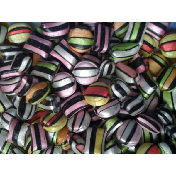 Liquorice Satins! Love & lust for only £ 2.45 (250 gr). Anyone for a candy buffet? Check at MyCandyShop.co.uk to find retro candies and lovely glass jars.