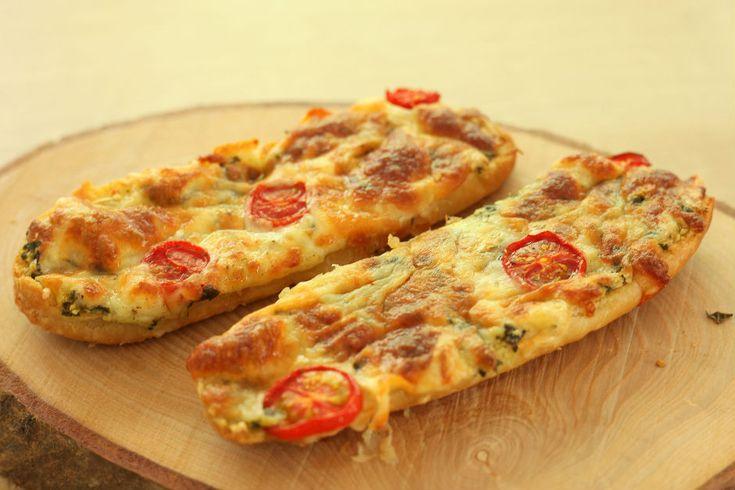 İster sabah kahvaltısında yemelik, ister öğle arasında atıştırmalık, eriyen peynirin bol tereyağı ile buluştuğu aromalı ekmekler tarifi.