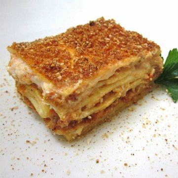 Se non avete un robot da cucina, potete realizzare l'impasto anche a mano. Per consumare al meglio le lasagne, e per far sì che siano ben compatte al taglio, lasciarle riposare per un quarto d'ora dopo la cottura. Scoprite la ricetta su www.frescopesce.it/lasagne-al-ragu-di-pesce-spada