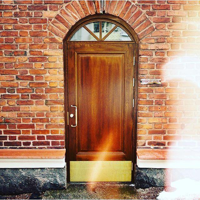 #porvoonpuutyo #rakennusperinto #rakennusarkkitehti #ovet #ovi#ulkoovi #doordesign #doorsworldwide #doorsandwindows #inte #tammiovet #finisharchitecture #puusepäntyöt #puuseppäporvoo #puusepänliike #puutyöt #arkkitehti #sisustus #vanhaakunnioittaen #oldstyle
