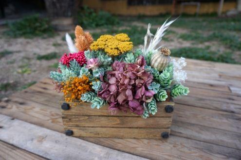 Centro de flores en caja de madera pequeña
