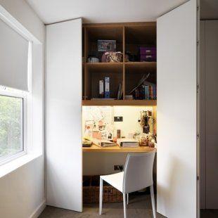 un bureau intégré dans un placard