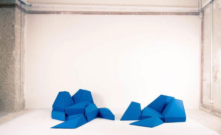 les angles - Structurants le décor, les Angles ne sont ni des assises, ni des éléments meublants. Comme les coussins galets et les Dunes, ils sont tout cela à la fois. Géométriques, c'est un ensemble de coussins, composé de huit éléments tenus entre eux par un système de laçage. Au sol, au mur ou au plafond, ils s'assemblent facilement les uns aux autres, transformant en un pavage souple et un isolant thermique et phonique la surface recouverte. http://shop.smarin.net/fr/62-compositions