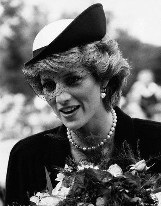 Resultado de imagen para princess diana hat black and white