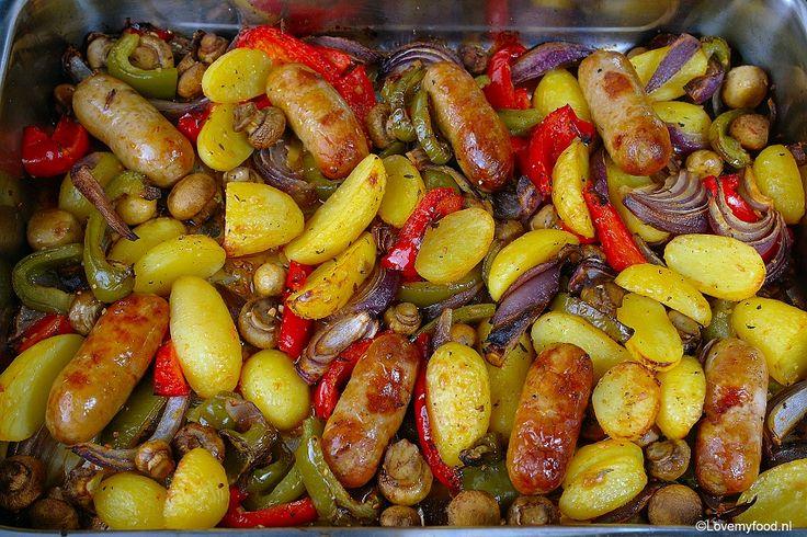 Deze alles in één ovenschotel is ideaal voor op een luie zondag. De oven doet het zware werk terwijl jij lekker kunt relaxen!