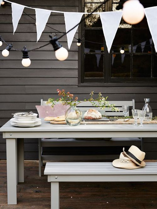 I adore this big impact little effort outdoor setting. The festive bunting sets off the scene perfectly.
