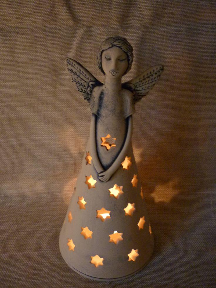 anděl s hvězdou točený kameninový anděl s otvorem na čajovou svíčku, vysoký 27cm, modrý, zatíraný kobaltem