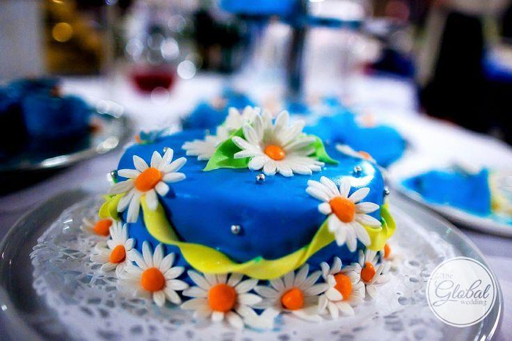 Синий свадебный торт с ромашками. Blue wedding cake.