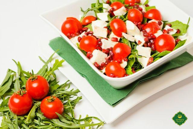 Roşiile, bogate în antioxidanţi, îmbunătăţesc răspunsul imunitar şi cresc rezistenţa la bolile infecţioase.  Fie că le alegeţi sub forma bruschetelor cu roşii şi măsline, salatei cu spanac, rucola, roşii cherry, mozzarella şi rodie ori pizzei cu muguri de pin şi roşii cherry, roşiile întăresc sistemul imunitar, solicitat mai ales în sezonul rece.  Poftă bună şi sănătoasă!