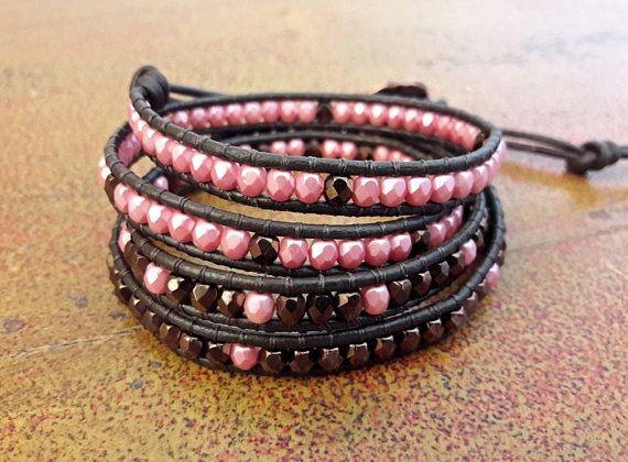 Bracciale boho wrap in stile Chan Luu // Bracciale cuoio e mezzi cristalli // Bracciale bronzo e rosa corallo