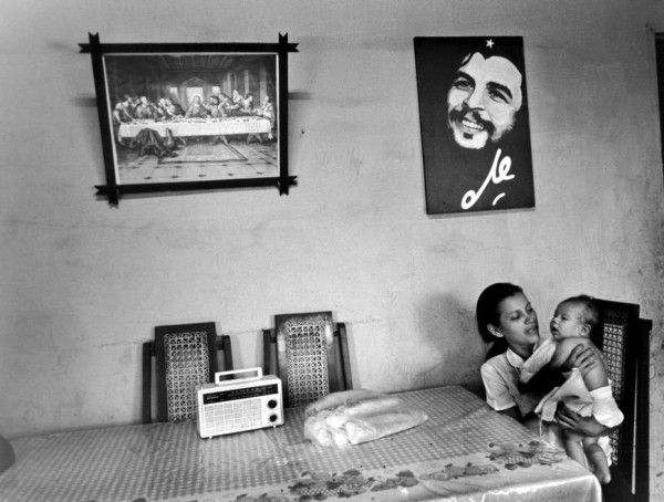 'A mother and child under images of CHE and the Last Supper, Managua, Nicaragua, 1984', Larry Towell