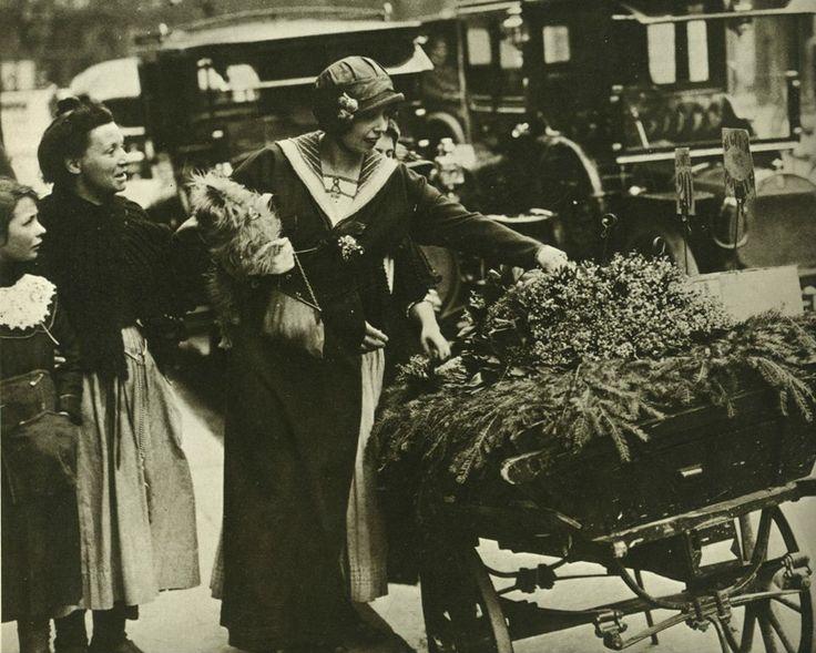 Mistinguett achète des fleurs dans les rues de Paris, en 1900