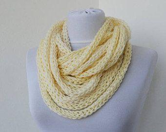 Bufanda collar, lazo bufanda, bufanda de Infinity, calentador del cuello, bufanda hecha punto, bufanda de la cachemira, en champagne E247 a mano