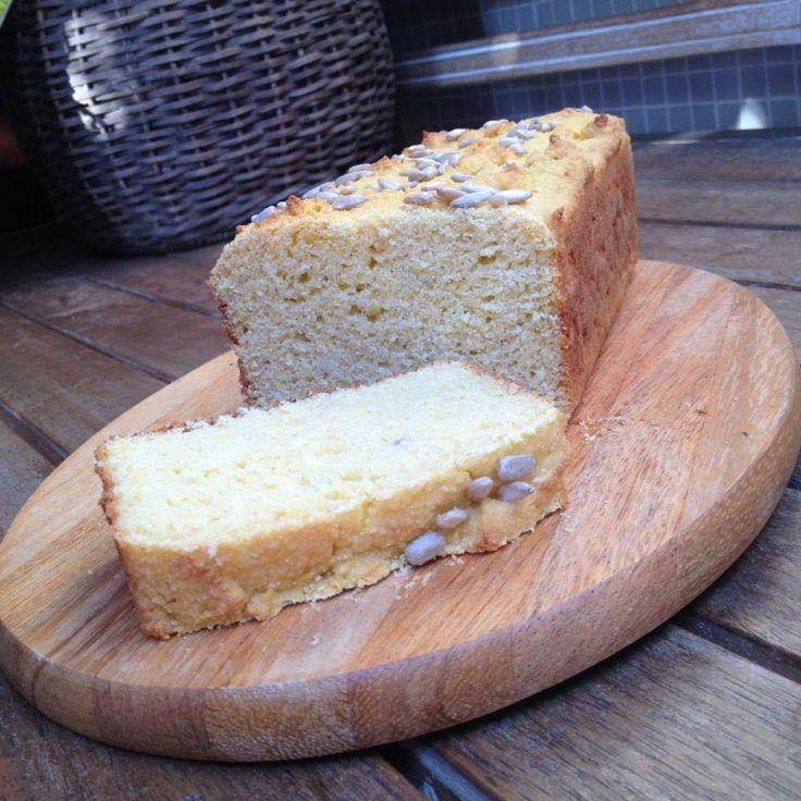 Pão de Fubá com Batata Doce.  - 1 xícara de fubá (dê preferência ao orgânico)  - ½ xícara de quinoa em flocos  - ½ xícara de farinha de arroz  - 1 xícara de purê de batata doce amassada (tipo purê)  - ½ colher de chá de sal  - 2 colheres de sopa de mel  - 1/2 xícara de leite de coco (ou água morna)  - 2 ovos (dê preferência aos orgânicos)  - 3 colheres de sopa de óleo de coco ou azeite extra virgem  - 1 sachê de fermento para pão (Granulado. Você encontra em qualquer supermercado)