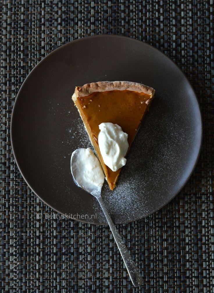 Het is momenteel het seizoen van de pompoenen, dus dan kan een pompoentaart ook niet uitblijven. Bij deze het recept voor een kruidige pumpkin pie! #bakken #bloem #boter