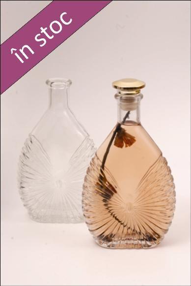 Sticla 700 ml Tatano, cu un model elegant in stil evantai, este recomandata pentru imbutelierea unor bauturi mai speciale, cum ar fi cognac sau brandy gustos.