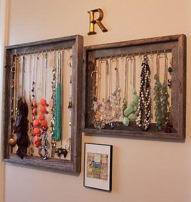 Marcos antiguos con ganchos para colgar collares, pulseras y en los lados más ganchos para colocar los anillos del traje ..... si tuviera más espacio en la pared