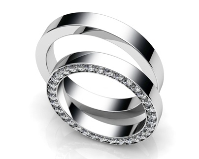 Argollas de matrimonio. Para ella en oro blanco y brillantes y para él simple y pulida.