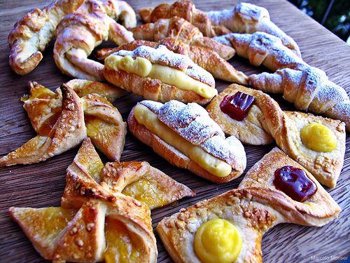 Facturas. Se toman con el mate y se compran a diario junto con el pan..... Se llevan una de cada por persona....