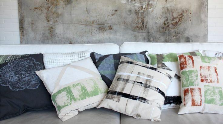 Sohvatyynyjä tekstiilisormiväreillä