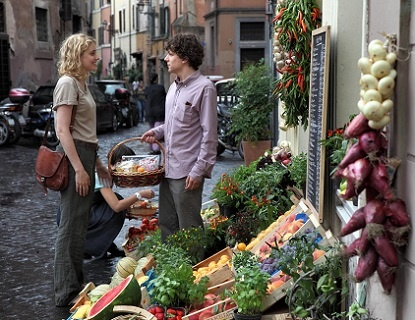 Jack (Jesse Eissenberg) and Sally (Greta Gerwig) in Trastevere.