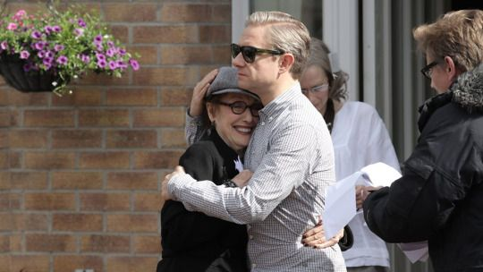 SHERLOCK S4 E2: The Lying Detective. Behind the scenes: Una Stubbs & Martin Freeman.