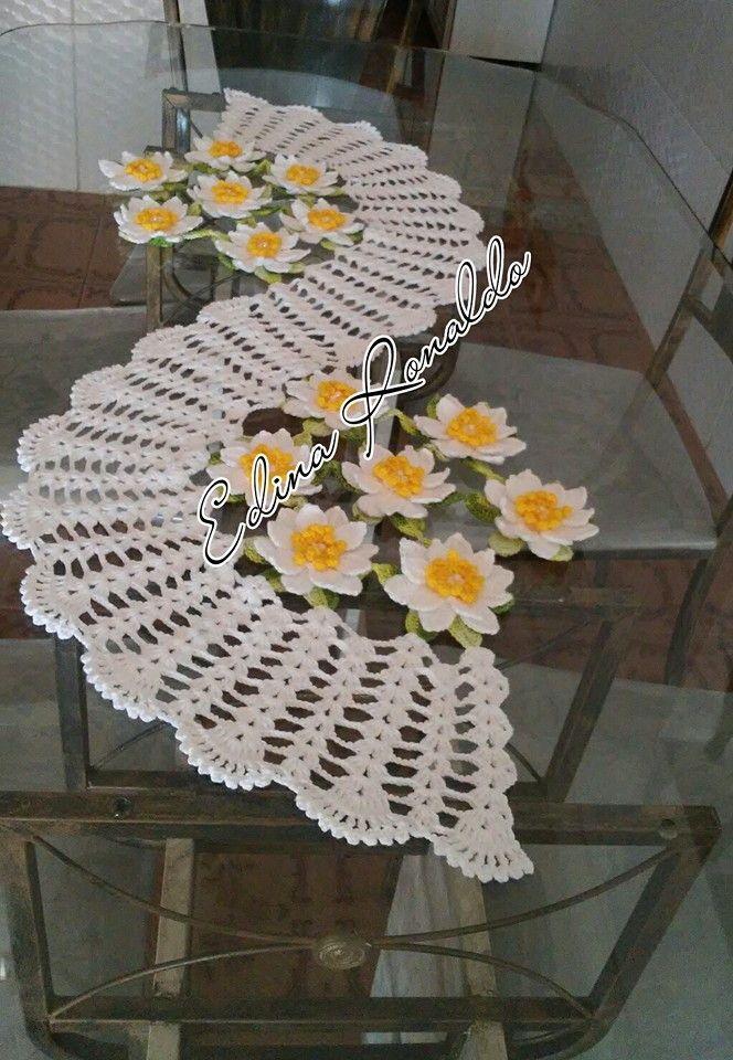 trilho de mesa flor de lótus feito com linha anne e charme mede aprox. 1 metro pode ser feito nas cores de sua preferência.