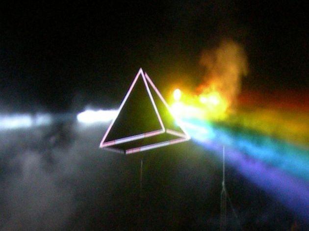 Tre canzoni che parlano di scienza Allestimento di scena in un concerto di Roger Waters che richiama la copertina di <em>The Dark Side Of The Moon</em> (Pink Floyd).