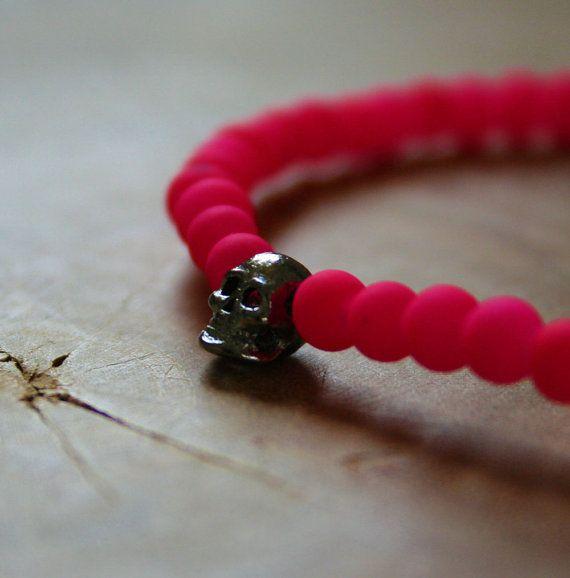 Neon Skull een elastische kralenarmband met neon roze glaskralen en gunmetal schedel van MotorandTea op Etsy, €5.00