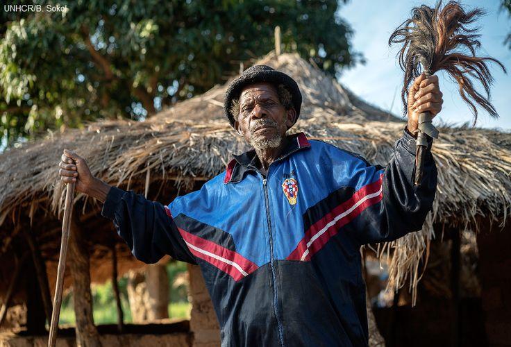 """Kabwa Asumani ha 84 anni ed è il capo villaggio di Lukwangulo, in Katanga, dove dal 2010 è sorto un campo per sfollati del SudKivu. Per aiutare gli sfollati che desideravano restare, l'UNHCR ha dialogato con le autorità locali, che si sono subito dimostrate disponibili.   """"Li abbiamo accolti nel nostro villaggio e gli abbiamo dato appezzamenti di terreno da coltivare. Hanno costruito case e non hanno creato problemi. Se vogliono restare, noi non abbiamo nulla in contrario""""."""