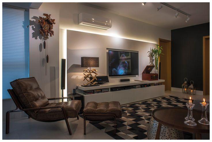 Inúmeras peças assinadas por designer brasileiros compõe o living familiar deste projeto da arquiteta Paula Sizinando. O ponto de partida foi a grande estante para abrigar os livros e objetos da família a qual também está instalado um pequeno home office.