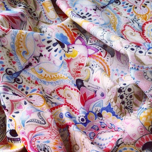 In questo disegno simil paisley ci sono fenicotteri che fanno amicizia con porcelli, mentre bevono un thè tra occhi piangenti, con qualche tetta nascosta in giro. E nel caso non l'aveste capito.. è una delle  nuove stoffe della combo @lanana_sartoria +@bic_indolor 🐷🐻🌸🌴 #crazy #paroleinlibertà #flamingo #bears #pig #graphic #graphicdesign #textiledesign #patterndesign #paisley #cachemiredesign #LaNanaSartoria #bic_indolor #artoftheday #pink #yellow #illustration #pencil #fabric #sewing…