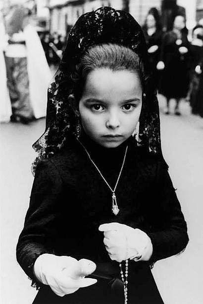 Sabine Weiss - Petite fille en mantille, Séville 1981